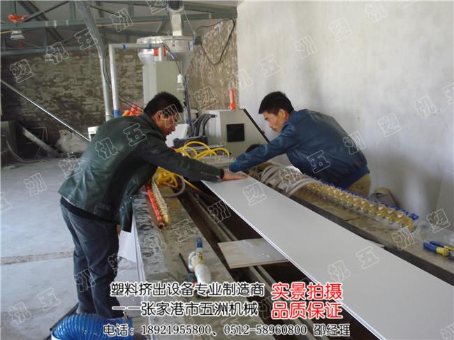 PVC塑料扣板吊顶安装方法及步骤 首先去选购好需要用的PVC塑料扣板、扣板角线等材料,然后在需要安装的位置量好水平位置,就是在四周的墙面上打好水平线,然后按照水平线确定好吊顶的高度。 塑料扣板是要木龙骨的,先在四周的墙壁上用冲击钻打眼,并安装好延边龙骨,再安装好中间的主龙骨;主龙骨的间距在80厘米左右,并与顶面上相连接(设置吊筋)。主龙骨的水平度可按照四周的龙骨来调整,这个过程需要使用施工线的,中间可往上抬高一点(大约一厘米的样子)。龙骨安装完了以后,就可以安装PVC延边龙骨了,接着安装扣板即可。以上是基